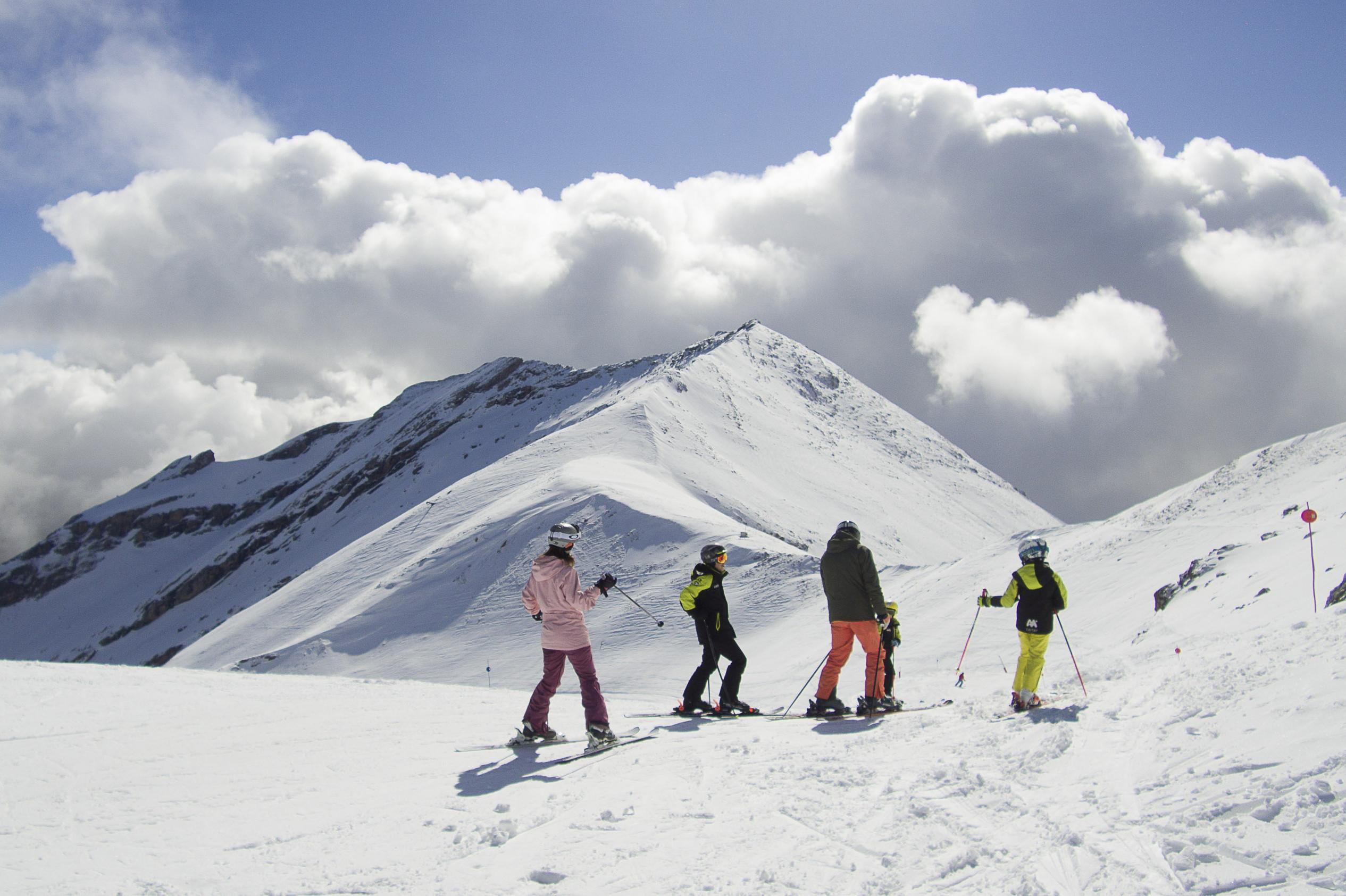 noticia ski Aramón en Semana Santa: descensos en biquini, piscinas en la nieve y música