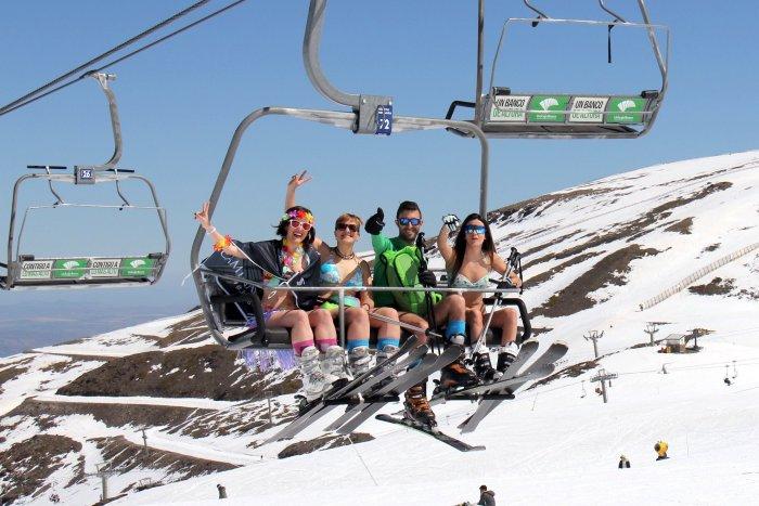 noticia ski Más de 500 esquiadores participan en la bajada en bañador de Sierra Nevada